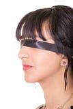 Stående av ögonbindeln för ung kvinna som isoleras Arkivfoto