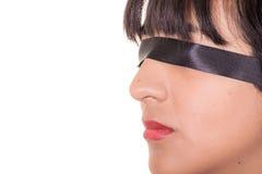 Stående av ögonbindeln för ung kvinna som isoleras Royaltyfri Fotografi