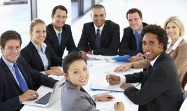 Stående av affärsfolk som har möte i regeringsställning arkivbild