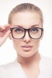 Stående av affärskvinnan i exponeringsglas Arkivfoton