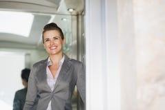 Stående av affärskvinnan i hiss Royaltyfria Bilder