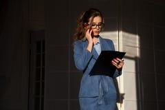Stående av affärskvinnan i samtal för ett arbete för kontor för affärsdräkt royaltyfria bilder