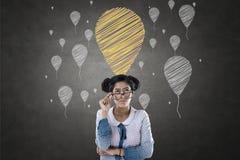 Stående av affärskvinnan med ballongsymboler Royaltyfria Bilder