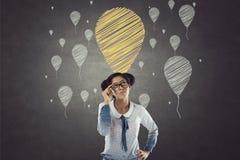 Stående av affärskvinnan med ballongsymboler royaltyfri foto