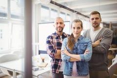 Stående av affärskvinnan med kollegor i regeringsställning arkivfoto