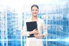Stående av affärskvinnan med legitimationshandlingar royaltyfri foto