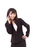 Stående av affärskvinnan som använder eller talar via smartphonen Arkivfoton