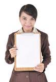 Stående av affärskvinnan som bär den blanka mappen Royaltyfri Bild