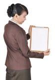 Stående av affärskvinnan som bär den blanka mappen Royaltyfri Fotografi