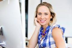 Stående av affärskvinnan som i regeringsställning arbetar på datoren royaltyfri bild