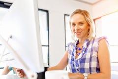 Stående av affärskvinnan som i regeringsställning arbetar på datoren royaltyfri fotografi