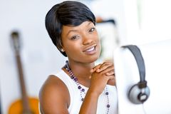 Stående av affärskvinnan som i regeringsställning arbetar på hennes skrivbord Royaltyfria Bilder