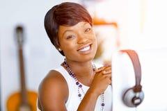 Stående av affärskvinnan som i regeringsställning arbetar på hennes skrivbord Royaltyfri Foto