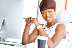 Stående av affärskvinnan som i regeringsställning arbetar på hennes skrivbord royaltyfri bild
