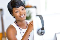 Stående av affärskvinnan som i regeringsställning arbetar på hennes skrivbord arkivbild