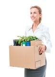 Stående av affärskvinnan som rymmer en ask med hennes tillhörigheter royaltyfri bild