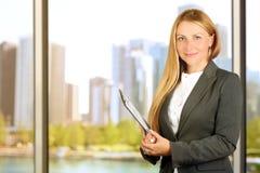 Stående av affärskvinnan som står det near fönstret arkivbilder
