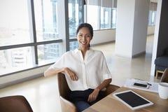 Stående av affärskvinnan Using Digital Tablet i styrelse royaltyfri fotografi
