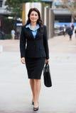 Stående av affärskvinnan Walking Along Street Arkivbilder
