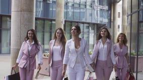Stående av affärskvinnor som går i staden stock video