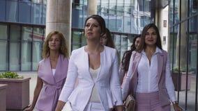 Stående av affärskvinnor som går i staden lager videofilmer