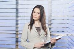 Stående av affärskvinnor som rymmer någon skrivbordsarbete royaltyfria bilder