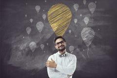Stående av affärsmannen med korsade armar och kritaballongsymboler Arkivfoto