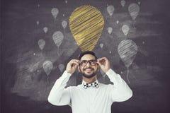 Stående av affärsmannen som ser upp på kritaballongsymboler Arkivbild