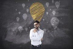 Stående av affärsmannen som ser upp på kritaballongsymboler royaltyfria bilder