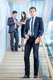 Stående av affärsmannen Ung och lyckad affärsmanstandin Arkivfoto