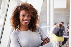 Stående av afrikansk amerikanaffärskvinnan In Modern Office Arkivbilder