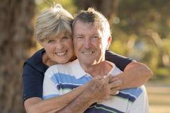 Stående av amerikanska höga härliga och lyckliga mogna par omkring 70 år gammal visningförälskelse och affektion som tillsammans  Fotografering för Bildbyråer