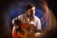 Stående av andan av musikern som spelar den akustiska gitarren och sjunger emotionell sång Berömd bard royaltyfri fotografi
