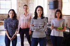Stående av anseendet för kvinnlig personal i kontor för modern design royaltyfri bild