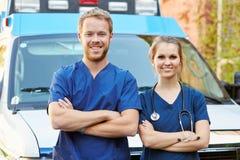 Stående av anseendet för medicinsk personal i Front Of Ambulance royaltyfri foto
