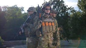 Stående av armésoldater med vapen i likformig stock video
