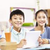 Stående av asiatiska elementära skolbarn Arkivfoton