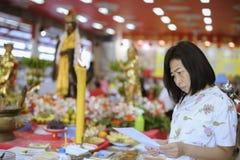 Stående av asiatiska kvinnor som tillber de sakrala delarna av buddism royaltyfria foton