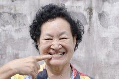 Stående av asiatiskt högt le för kvinna Royaltyfri Foto