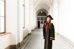 Stående av att avlägga examen studentflickan av universitetet fotografering för bildbyråer