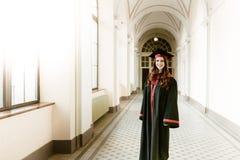 Stående av att avlägga examen studentflickan av universitetet arkivfoto