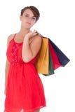 Stående av att bedöva den unga kvinnan med shoppingpåsen Arkivfoton