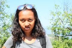 Stående av att grina den tropiska flickan royaltyfri fotografi
