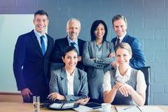 Stående av att le affärsfolk i konferensrum arkivbild