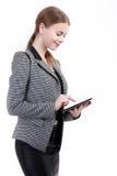 Stående av att le affärskvinnan med den pappers- mappen som isoleras Arkivfoto