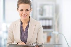 Stående av att le affärskvinnan med dokument Arkivbilder