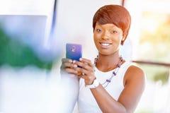Stående av att le affärskvinnan med mobilen Royaltyfria Bilder