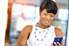 Stående av att le affärskvinnan med mobilen Arkivbilder