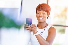 Stående av att le affärskvinnan med mobilen Royaltyfri Fotografi