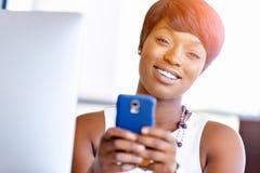 Stående av att le affärskvinnan med mobilen Arkivbild